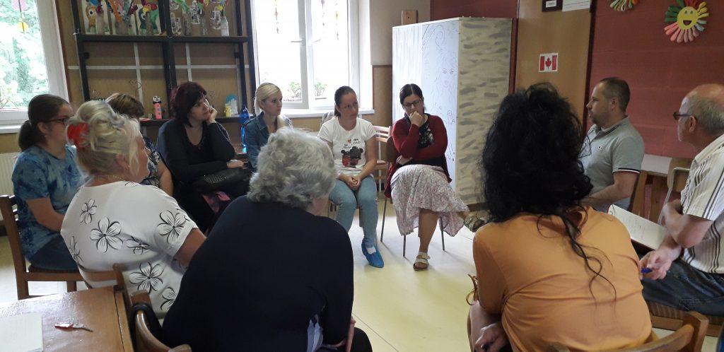 Rodičia a odborníci sedia v kruhu a debatujú