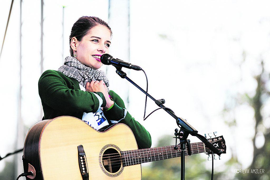 Sima pred mikrofónom počas koncertu na hlavnom zbierkovom dni v Bratislave