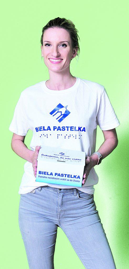 Adela Vinczeová s pokladničkou zbierky Biela pastelka