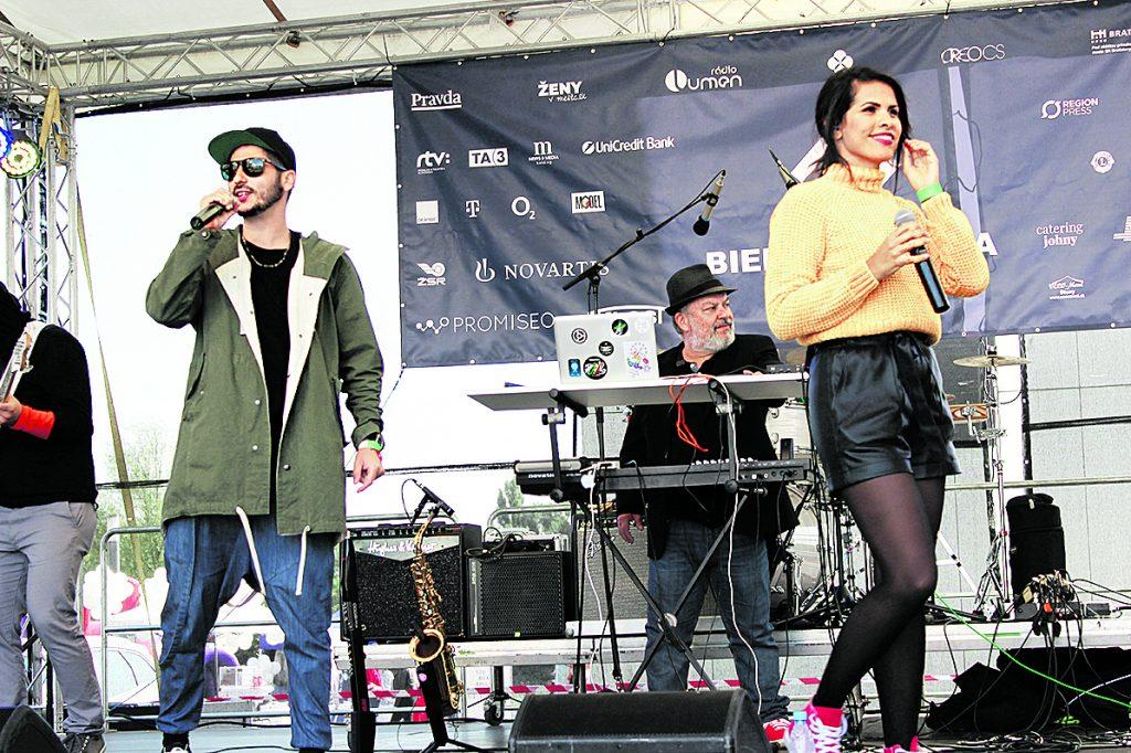 Opak a Veronika Strapková na koncertnom pódiu počas pastelkového koncertu.