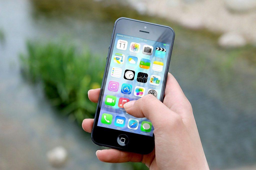 ruka držiaca mobilný telefón