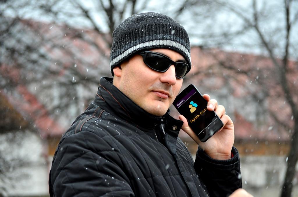 Nevidici s telefónom, na ktorého displeji je vidno, že má zapnutú aplikáciu z Corvusu.