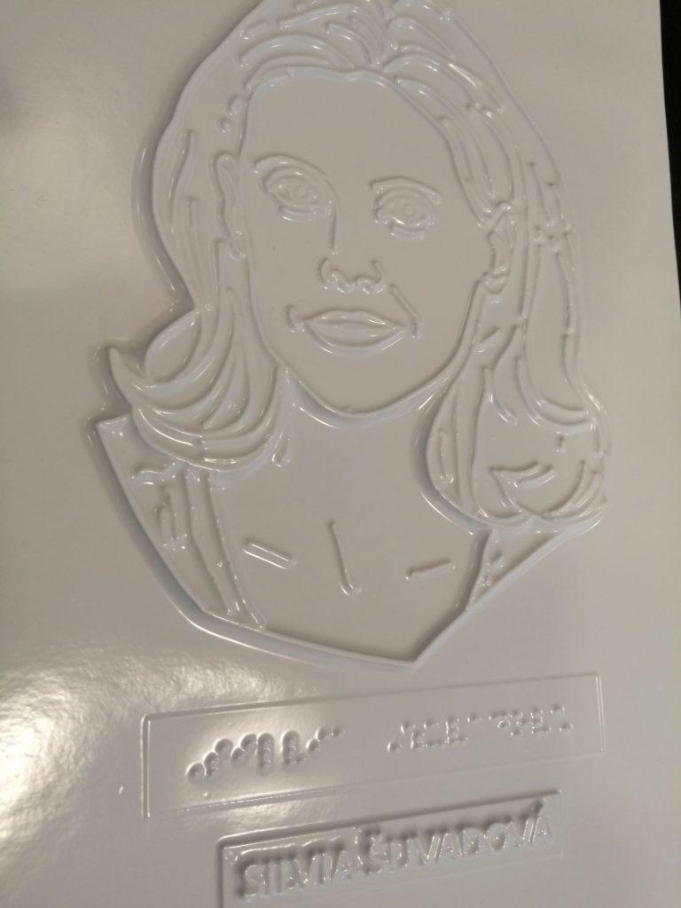 Reliéfna podpisová karta s portrétom herečky Silvie Šuvadovej.